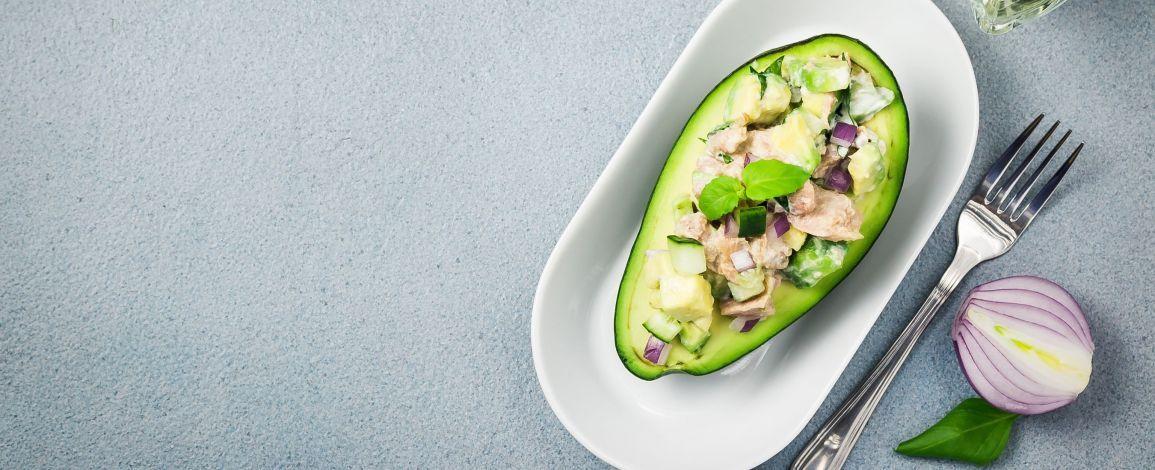 Авокадо с тунцом: полноценный обед за 5 минут