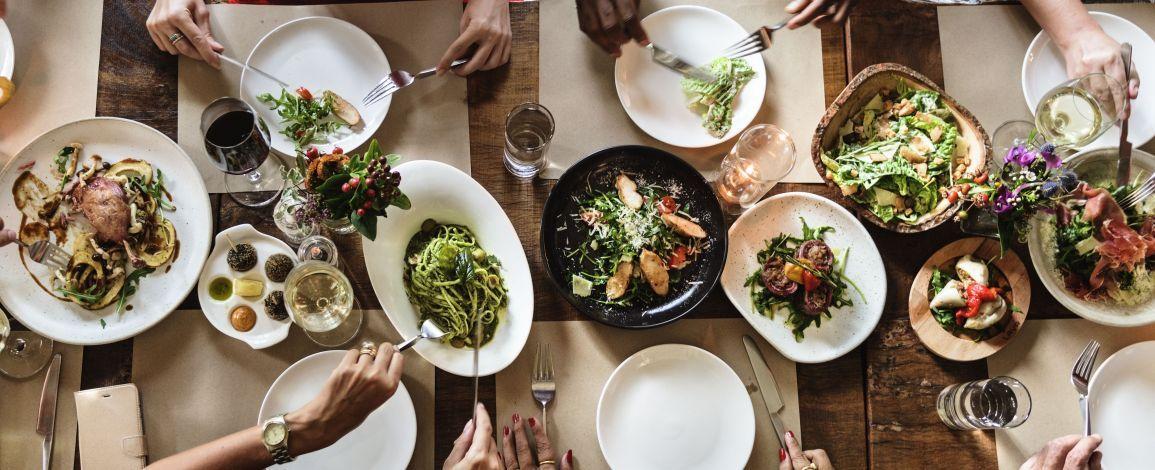 Новорічний стіл: Скільки можна зберігати страви в холодильнику?