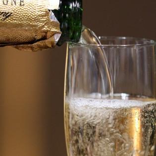 Відкорковуємо шампанське так, щоб люстра лишилася цілою