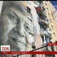 В Авдіївці на розбитій бойовиками будівлі австралійський художник намалював обличчя війни