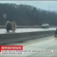 У США падіння велетенської котушки з вантажівки мало не спричинило масштабну аварію