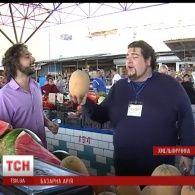 На ринку Кам'янця-Подільського італійські співаки виконували класичні твори, купуючи фрукти та овочі