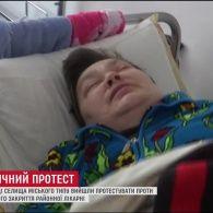 Кілька сотень обурених людей протестують проти закриття районної лікарні на Житомирщині