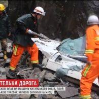 У Китаї уламок скелі упав на автомобіль із водієм всередині