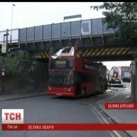 У Лондоні 2-поверховий автобус врізався у залізничний міст, є постраждалі