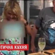 Ведуча кулінарного шоу італійського телеканалу оголилась під час ефіру