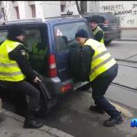 Столичні патрульні власноруч пересунули авто з трамвайних колій