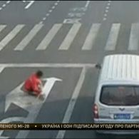 В Китаї чоловік для розвантаження перехрестя підправив дорожню розмітку