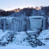 Мороз -40, сніг в Сахарі, замерзлий Ніагарський водоспад і розквітлі троянди в Україні: аномалії зими-2018