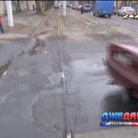 В Одесі дорожники, ремонтувавши дорогу, закатали трамвайні колії в асфальт