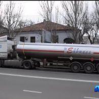 У Миколаєві серед міста зупинили вантажівку, з якої текла токсична речовина