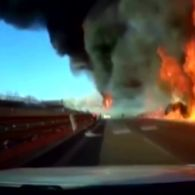 У Китаї на трасі перекинулася вантажівка з газом: кілька автомобілів охопило величезне полум'я
