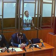 Надія Савченко співає гімн України на суді в Ростові