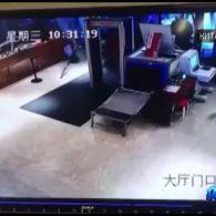У Китаї авто на повній швидкості знесло скляні двері готелю