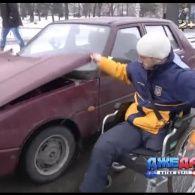 Скільки людей у Києві зупиняться, аби простягти руку помочі інваліду на дорозі