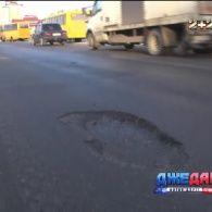 Українські горе-асфальтувальники ремонтують дороги і в дощ, і в сніг, і в мороз