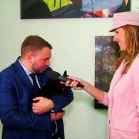 Андрей Лозовой пришел на фотовыставку Ляшко с бульдогом