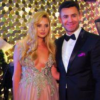 Николай Тищенко в честь дня рождения жены устроил бал и поздравил ее 1001 розой