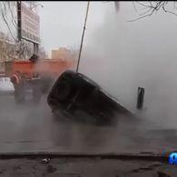 У Красноярську прорвало трубу: провалився автомобіль з двома людьми