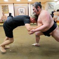 Дмитрий Комаров сошелся в поединке с борцом сумо