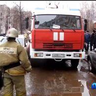 Рятувальники не можуть загасити пожежу через припарковані авто