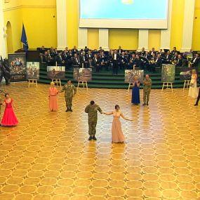 Благодійний бал захисників: бійці АТО та волонтерки вийшли на танцювальний паркет