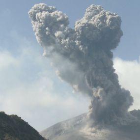 Криваве озеро і закопування у вулканічний пісок. Японія. Світ навиворіт - 9 серія, 9 сезон