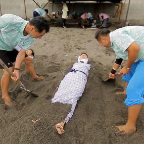 Дмитра Комарова закопають у вулканічний пісок