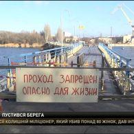 У Миколаєві пішохідний міст через річку Інгул відірвався від берега