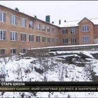 У селі на Хмельниччині діти вимушені ходити до школи, де тріщать стіни і валиться дах