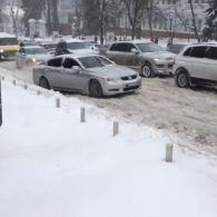 Сніговий колапс в Києві: позашляховики не змогли піднятися біля Оперного театру