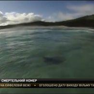 Намагаючись спіймати хвилю, австралійський серфер проплив над акулою