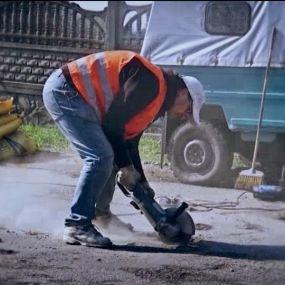 Жители села Колонщина самостоятельно ремонтируют дороги