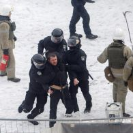 Коктейлі Молотова, сльозогінний газ та постраждалі: усі подробиці ранкових сутичок біля Ради