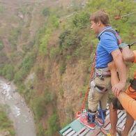 Комаров рискует собственной жизнью на суперэкстремальном аттракционе. Непал. Мир наизнанку - 11 серия, 8 сезон