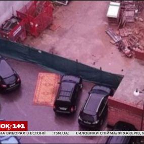 У Мінську чоловік паркує автівку на килимі