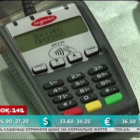 Українці дедалі більше користуються платіжними картками - економічні новини