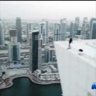 Британець виконав небезпечний трюк на даху хмарочоса в Дубаї
