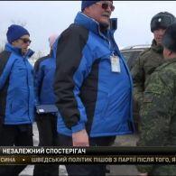 """Спостерігач ОБСЄ радісно обіймався з бойовиком """"ЛНР"""" під час передачі тіл українських військових"""