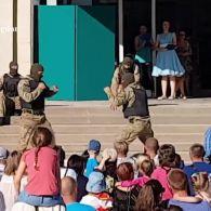 В Енергодарі, на дитячому святі, спецназівці показали, як перерізати горло противнику