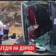 У Туреччині автобус із китайськими туристами врізався в два легковики