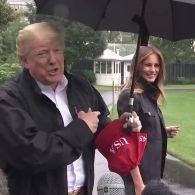 Трамп не поділили з дружиною парасолькою під дощем