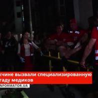 У Києві на Позняках неадекватний чоловік в крові бив скло і кидав з багатоповерхівки шлакоблоки