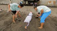 Дмитрия Комарова закопают в вулканический песок