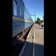 Працівники Укрзалізниці випихали людину під час руху поїзда