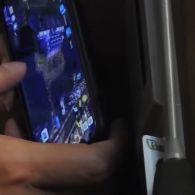 """Депутат від """"Опоблоку"""" грає в ігри на смартфоні під час засідання парламенту"""