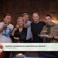 Актор Павло Вишняков готує смореброди
