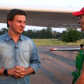 Дмитро Комаров на день народження сів за кермо літака і показав Київ з висоти пташиного польоту