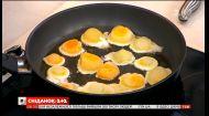 Єгор Гордєєв приготував смажені заморожені яйця в прямому ефірі і пригостив ними психіатра Олега Чабана