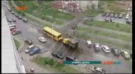 На столичній вулиці в ямі застряг автобус